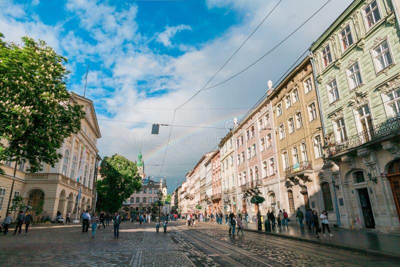 Stadslandschap van Lviv met regenboog na regen royalty-vrije stock afbeeldingen