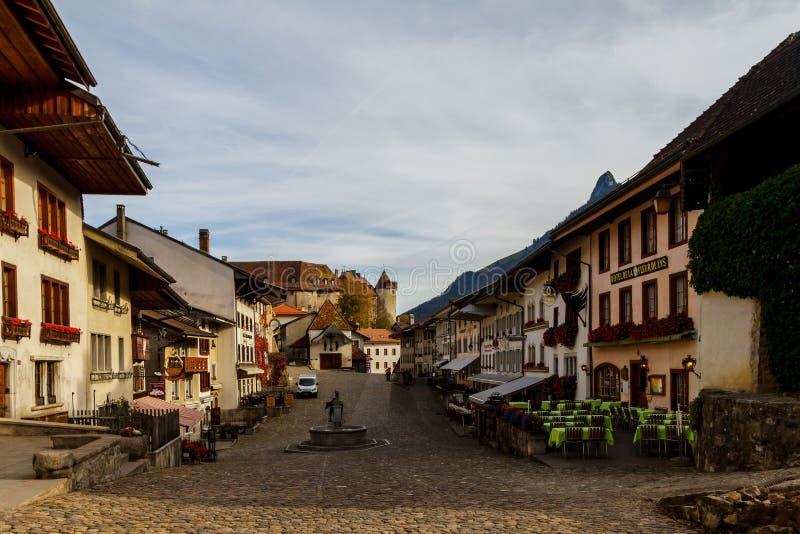 Stadslandskap, kafé längs vägen Gruyere Schweiz arkivbild