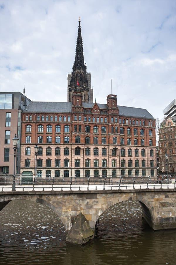 Stadslanscape med helgonNikolai det kyrkliga tornet, Hamburg, Tyskland royaltyfri bild