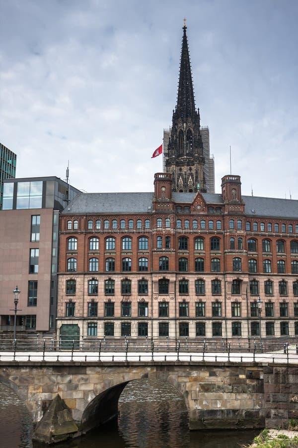 Stadslanscape med helgonNikolai det kyrkliga tornet, Hamburg, Tyskland arkivfoto