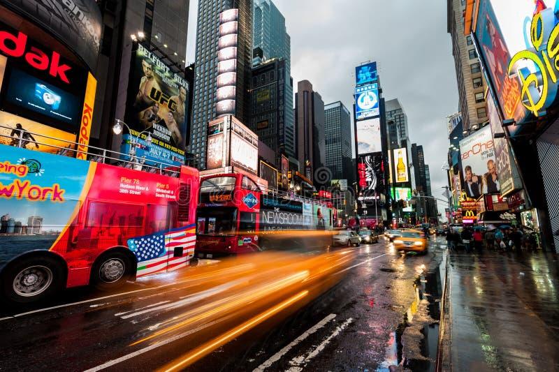 Stadslichten van Broadway Bluredlichten van bussen en gele belastingen New York De V.S. stock afbeeldingen