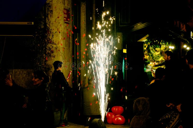 Stadsliv på gatan på natten i Istanbul royaltyfri bild