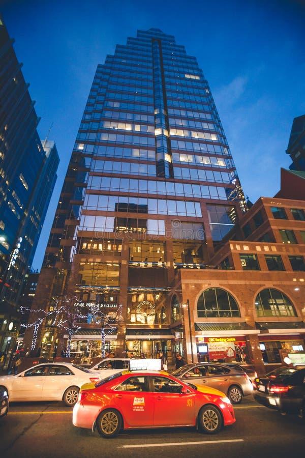 Stadsliv, skyskrapa och stads- trafik i i stadens centrum Toronto royaltyfria foton