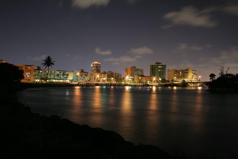 Stadsljus från Boca Inlet på natten arkivbild