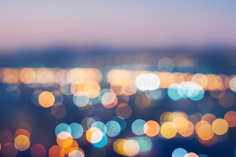 Stadsljus gjorde suddig abstrakt bakgrund - nattetidstad med färgrik ljus abstrakt bokeh i färgrikt härligt för stad arkivbild