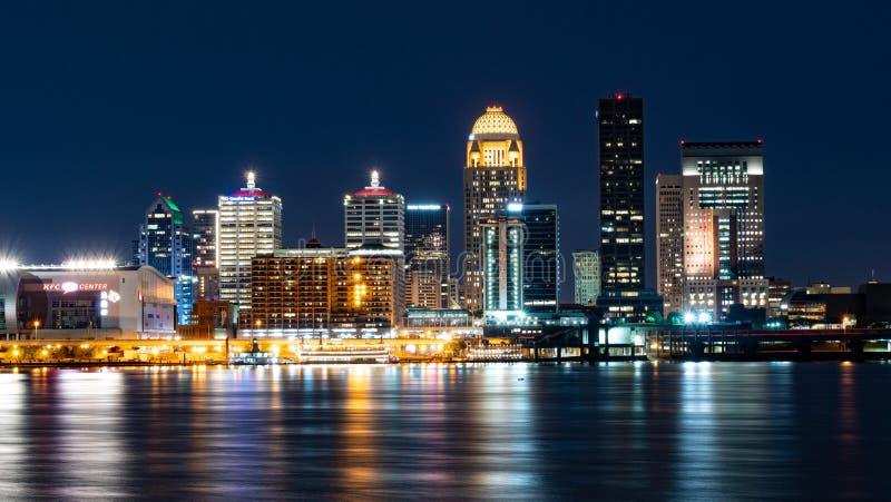 Stadsljusen av Louisville på natten - LOUISVILLE USA - JUNI 14, 2019 arkivfoton