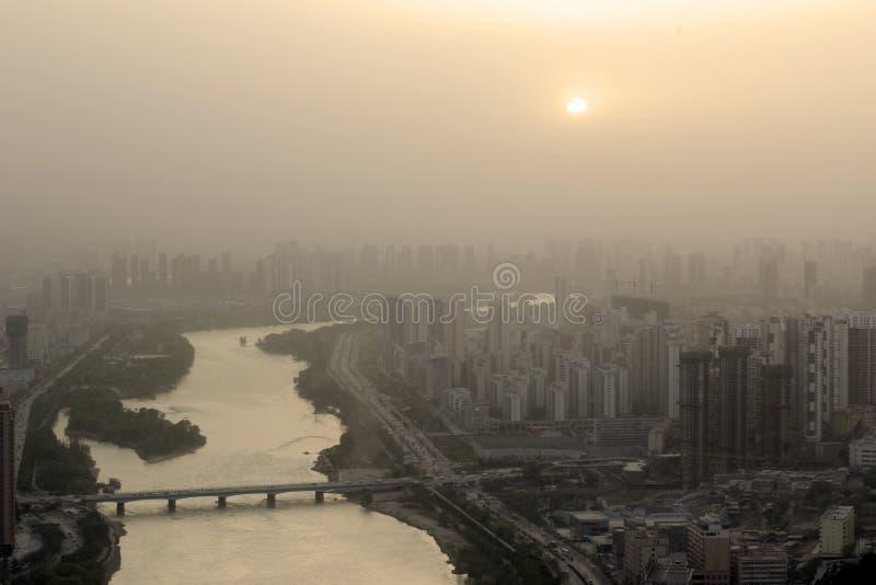 Stadsluftförorening royaltyfria bilder