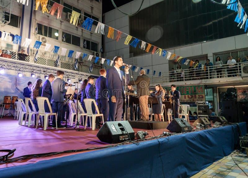 Stadsmässingsmusikbandet utför hyllningssången av tillståndet av Israel Atikva på etappen framme av kommunen i hedern av 70na royaltyfri foto