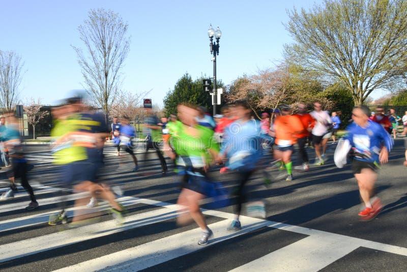 Stadsmaraton med löpare i rörelsesuddighet arkivfoto