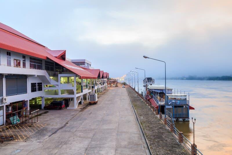 Stadsmarknadsbyggnad på flodstranden i morgonen arkivfoto