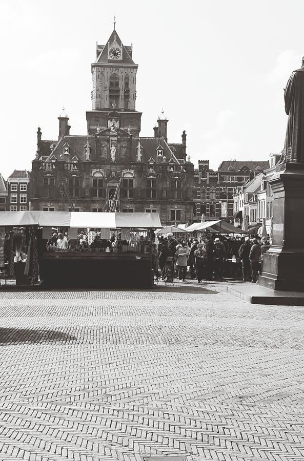 Stadsmarkt, Nederland •2019• Mooie Zwarte/Witte Stad die op Weekendmarkt wordt geschoten stock afbeelding