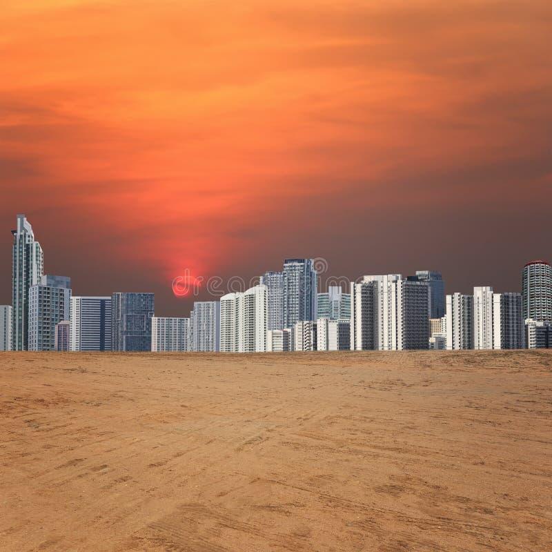 Stadsmening en leeg gebied op zonsondergang royalty-vrije stock fotografie
