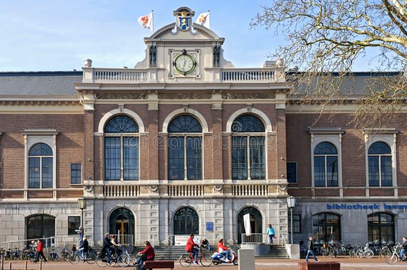 Stadsmening Leeuwarden met bibliotheekverkeer en mensen stock foto's