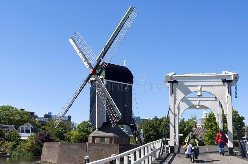Stadsmening Leiden met ophaalbrug, windmolen, mensen royalty-vrije stock foto