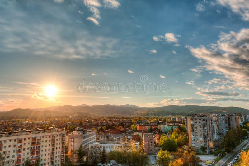 Stadsmening met een zonsondergang stock fotografie