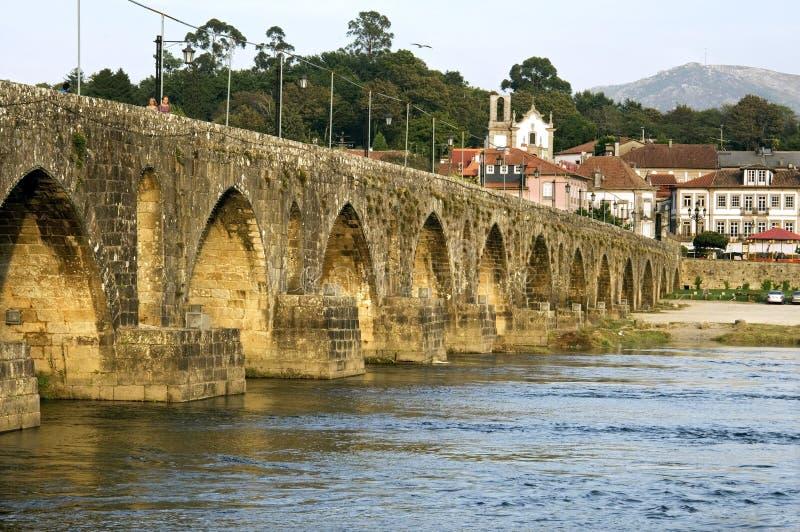 Stadsmening Ponte DE Lima met oude overspannen brug stock foto
