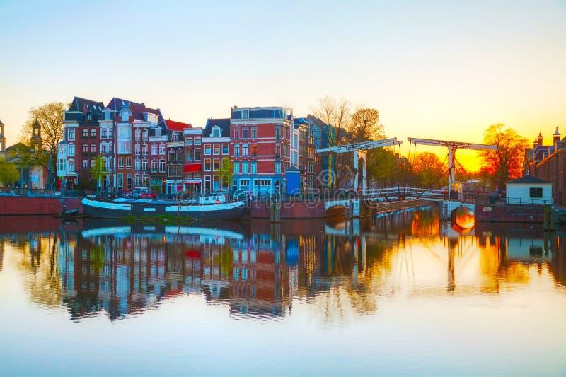 Stadsmening van Amsterdam, Nederland bij zonsopgang stock afbeelding