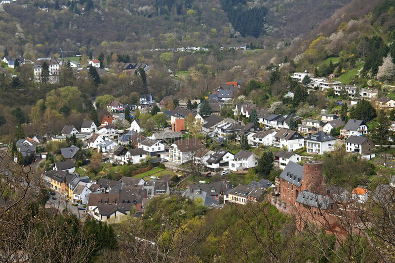 Stadsmening van Heimbach met kasteel in Eifel stock afbeelding