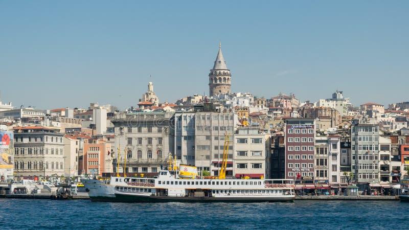 Stadsmening van Istanboel, Turkije van het overzees die Galata-Toren en Karakoy-veerbootterminal overzien royalty-vrije stock foto's