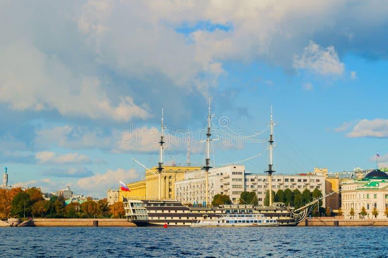 Stadsmening van Petrovsky-dijk, Neva-rivier en fregatgunst in St. Petersburg, Rusland royalty-vrije stock foto