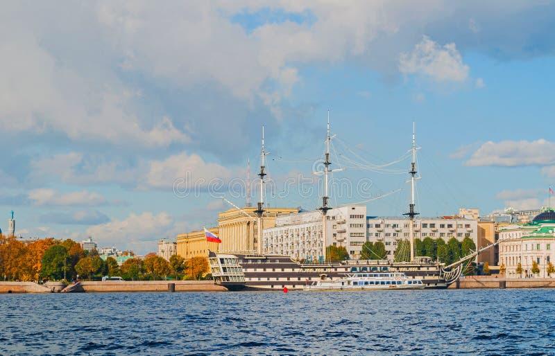 Stadsmening van Petrovsky-dijk, Neva-rivier en fregatgunst in St. Petersburg, Rusland stock foto