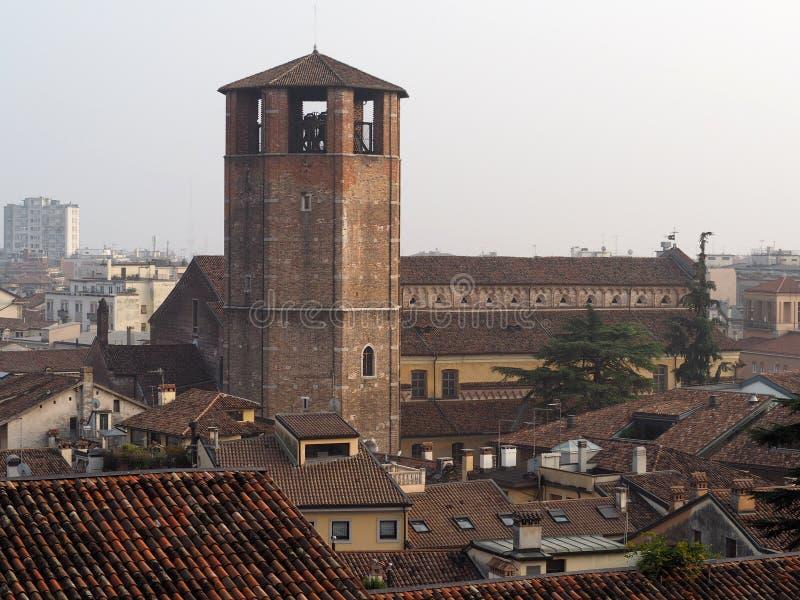 Stadsmening van Udine, in Italië, met de gotische romanesque middeleeuwse kathedraal royalty-vrije stock afbeeldingen