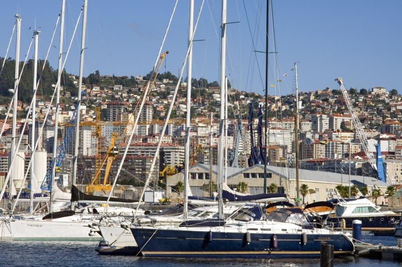 Stadsmening van Vigo met zeilboten in jachthaven royalty-vrije stock afbeeldingen