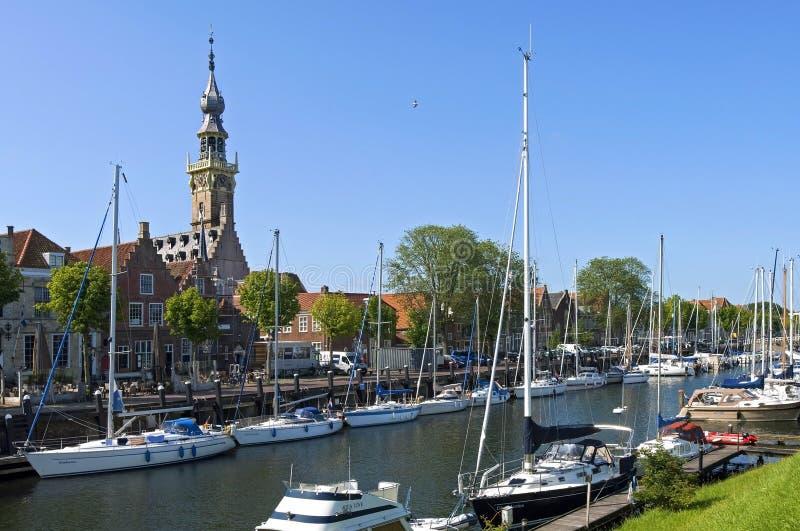 Stadsmening Veere met jachthaven en historische gebouwen stock afbeelding
