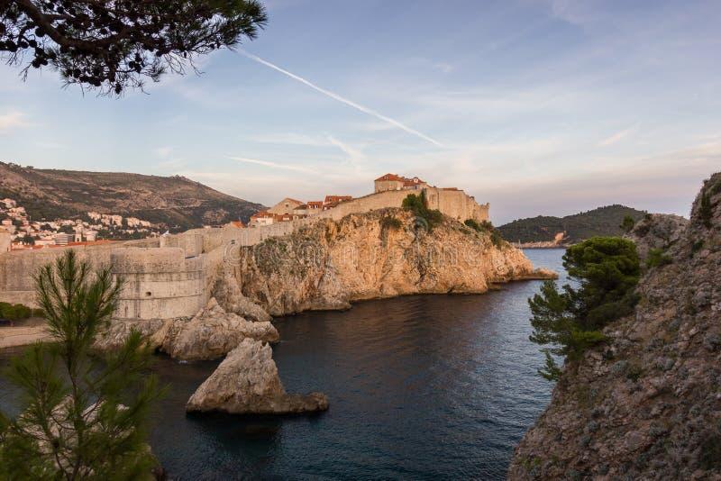 Stadsmuren in de Oude Stad van Dubrovnik bij zonsondergang royalty-vrije stock foto's