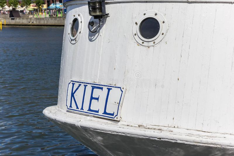 Stadsnaam op de achtersteven van een wit schip in Kiel royalty-vrije stock fotografie