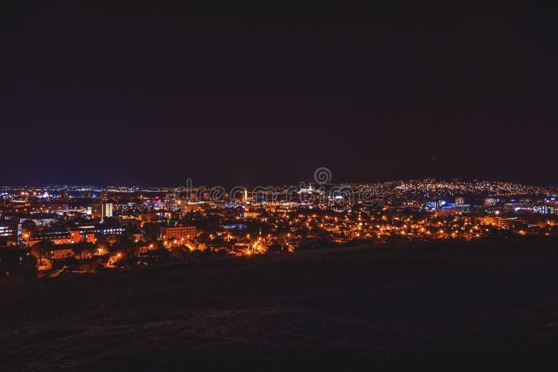 Stadsnatt i Nitra från siktspunkten överst av kulleberget slovakia Slovakisk stad Nitra med purpurfärgad natthimmel Centrum arkivbilder