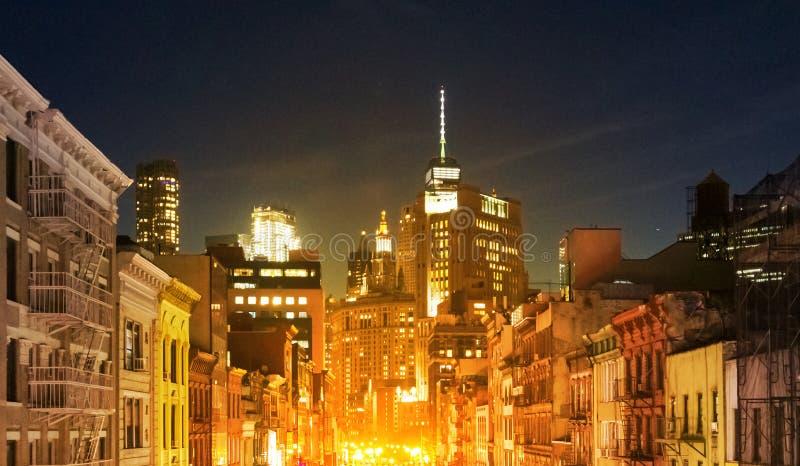 Stadsnattljus som glöder mot de i stadens centrum horisontbyggnaderna i Manhattan, New York City arkivbilder