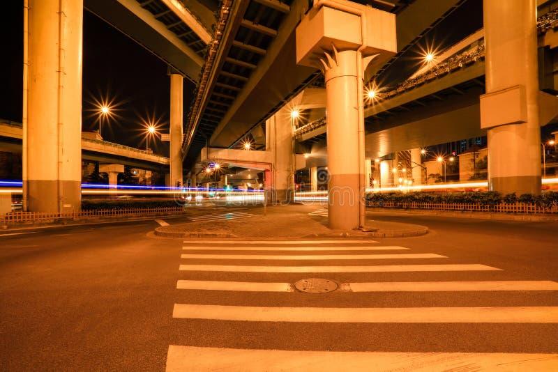stadsnattviaduct royaltyfria bilder
