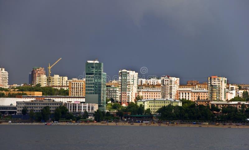 stadsoklarheter över portskystorm royaltyfri fotografi