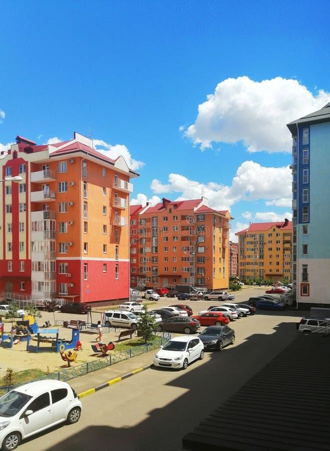 Stadsområde med färgrika hus fotografering för bildbyråer