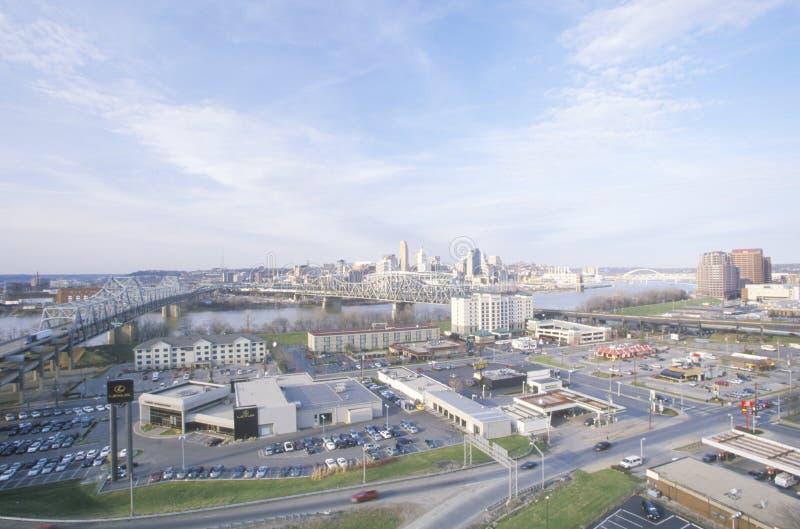 Stadspanorama av Cincinnati, OH som beskådas från Covington, KY arkivfoton