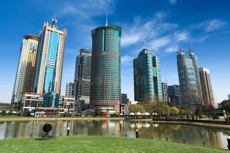 Stadspark och moderna byggnader royaltyfri bild