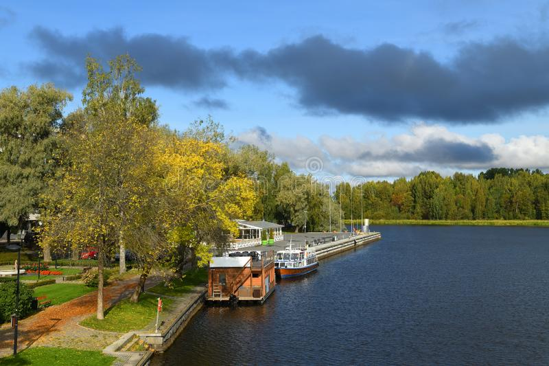 Stadspark på land och marina för jakter, fartyg och fartyg i Vanajavesi-sjön Hameenlinna, Finland royaltyfria bilder