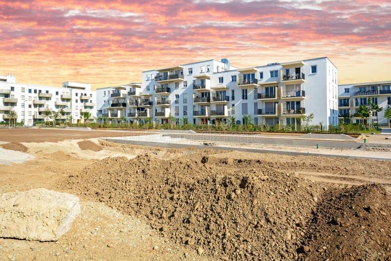 Stadsplanering med konstruktionsplatsen och ny bostads- bui arkivfoto