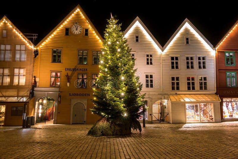 Stadsplats med en blänka julgran framme av härliga norska traditionella hus i Bergen fotografering för bildbyråer