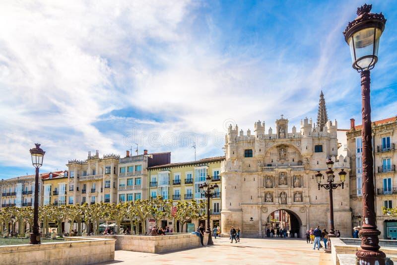 Stadspoort Arco DE Santa Maria in de straten van Burgos in Spanje stock fotografie