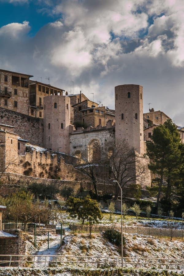 Stadspoort Porta Venere en Torri di Properzio, Spello royalty-vrije stock fotografie