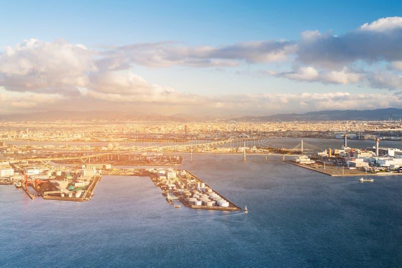 Stadsport över hamnstadhorisont med solnedgång royaltyfri fotografi
