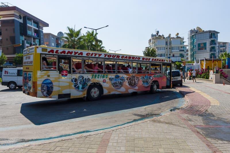 Stadsreis aan de cabriobus stock afbeeldingen
