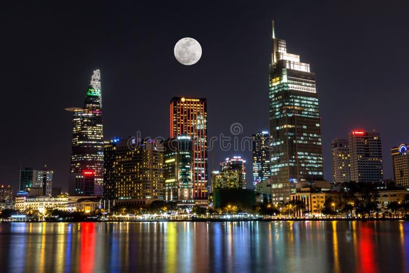 Stadsscène met de Maan die boven van Bedrijfs Ho-Chi-Minh-Stad Centraal 's nachts District toenemen royalty-vrije stock foto