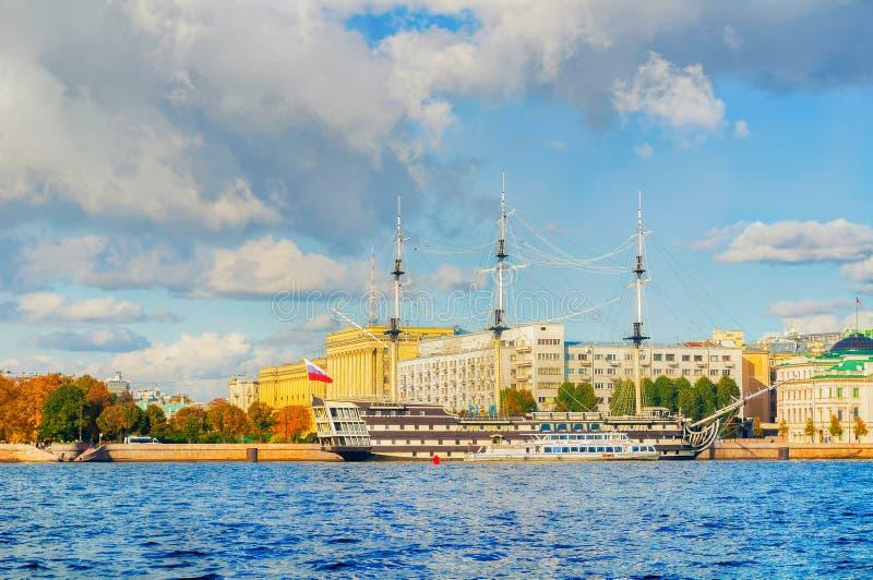 Stadssikt av den Petrovsky invallningen, den Neva floden och fregattnåd i St Petersburg, Ryssland arkivfoton