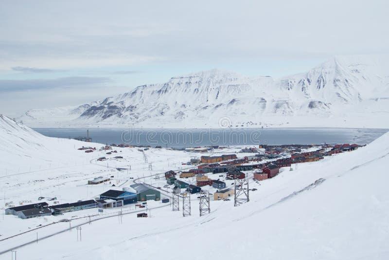 Stadssikt från gammal övergiven kolgruva Longyearbyen Spitsberge royaltyfri bild