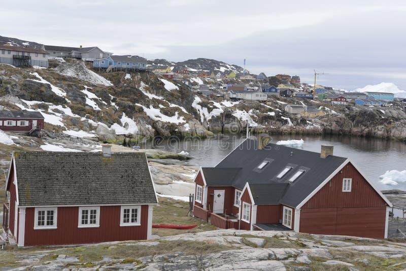 Stadssikt Ilulissat i det arktiska havet arkivbilder