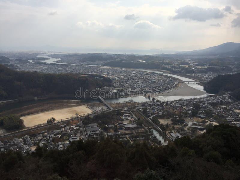 Stadssikt med den Kintaikyo Kintai bron, Iwakuni, Yamaguchi, Japan fotografering för bildbyråer