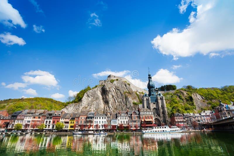 Stadssikt på Meuse River med reflekterande hus arkivbilder